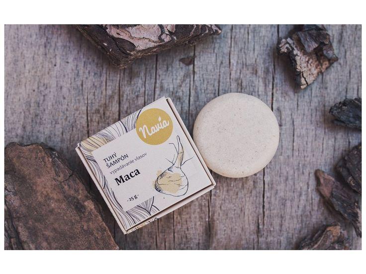 Tuhý šampon s výtažkem z kořene MACA zabraňuje nadměrnému vypadávání vlasů, stimuluje jejich růst a zvyšuje odolnost vlasových kořínků.   Účinky této posvátné peruánské rostliny ještě posiluje rozmarýnový olej, kopřivový hydrolát a výtažky z pivoňky.Šampon obsahuje tenzidy z kokosového oleje, které účinně odstraňují nečistoty a mastnotu z vlasů a díky nim šampon  krásně pění . Nevysušuje však vlasovou pokožku, naopak, avokádové máslo ji  příjemně hydratuje . Vitamín B5 se postará o les...