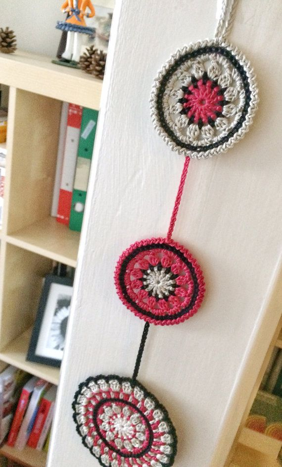 This gorgeous wall pendant is composed by 3 mandala coasters made in 100% cotton yarn. The crochet pattern is based on Made in K-town by