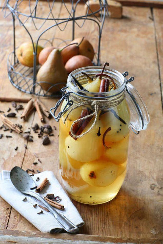 Kryddiga julpäron. En läcker burk med inlagd frukt är en perfekt dessert att ha på lut i kylen under julhelgen. Servera päronen med lättvispad grädde.