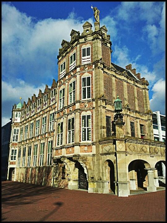 Duivelshuis (house of the devil), Arnhem, the Netherlands. Het huis wordt tegenwoordig het Maarten van Rossem Huis genoemd, maar stond in het verleden bekend als het Duivelshuis. Die naam dankte het huis aan de saters (wezens met het onderlichaam van een bok en het bovenlijf van een mens). Er zijn volksverhalen over het Duivelshuis.    (c) Horstman Maassen Photography