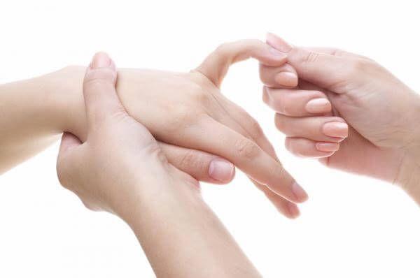 Pro zmírnění migrén a bolesti krku je třeba masírovat váš malíček (1)