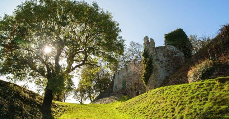 Neste castelo medieval, o Rei Charles I foi aprisionado em 1648, antes de ser decapitado em Londres, em 1649 -- vítima da guerra civil inglesa que aboliu a monarquia, restaurada em 1660 pelo filho de Charles, o Rei Charles II, no Castelo de Carisbrooke, Ilha de Wight, Reino Unido