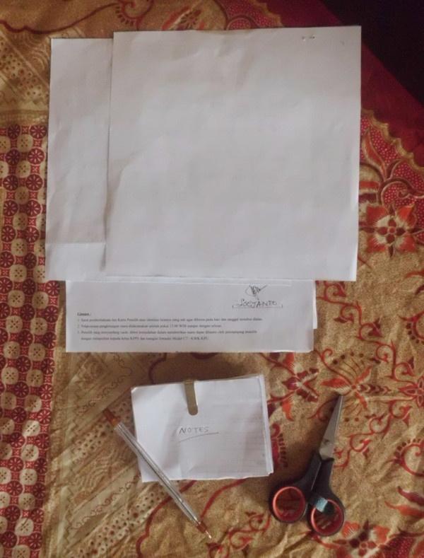 Menggunting kecil2 kertas bekas agar sisi baliknya bisa dijadikan catatan mini.