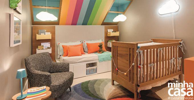 Quarto de bebê decorado com as cores do arco-íris