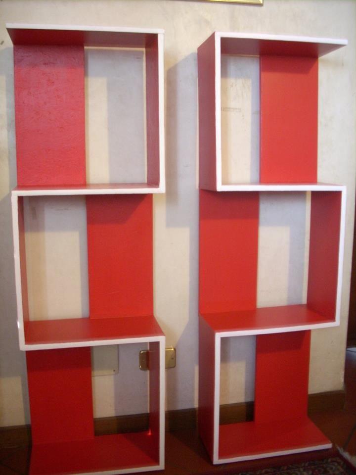 Per questi due elementi di libreria ho fatto tagliare dal falegname 20 tavole di  legno multistrato  cm.40x20. Messi assieme 10 ogni elemento con colla e chiodi e poi dipinti