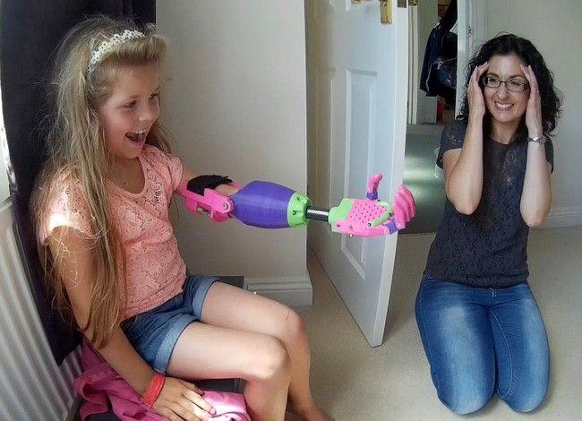 Сюрпризом для девочки стала отпечатанная на 3D-принтере рука, которую для нее сделал конструктор также без левой руки