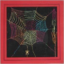 Het tekenen van een spinnenweb met oliepastel/wasco. Kleur eerst het hele blad vol met vakjes met verschillende (herfst)kleuren, ga er daarna met dekzwart/zwarte oliepastel overheen zodat het hele blad zwart wordt. Kras daarna met een satéprikker er een spinnenweb uit. Vanaf groep 3.