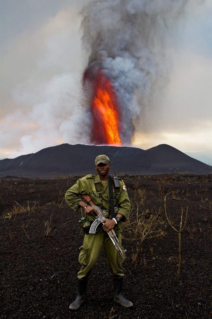 Una guardia in Piedi ranger del parco vengono Monte Nyamulagira esplode Nel Congo orientale il Venerdì, 11 novembre 2011.