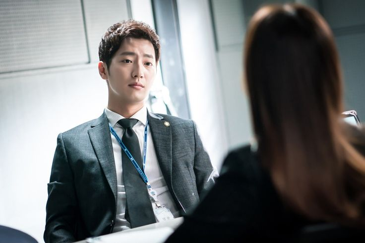 """""""While You Were Sleeping"""" Previews Jung Hae In And Lee Sang Yeob's First Official Meeting In New Stills 