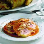 Scopri una ricetta gustosa per preparare il tacchino al forno ripieno con le castagne e le salsicce. Leggi la ricetta su Sale&Pepe.