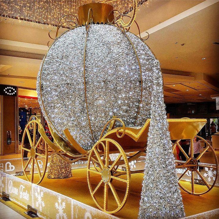 e #cinderella dove sta? Qui hanno trasformato una pallina di #natale in #carrozza invece della zucca ! Viva la sobrietà!  . . #christmasiscoming #christmasdecorations #christmas #christmastime #christmasdecor #sparkly #decorazioni #decorazioninatalizie #lucinedinatale #lucidinatale #cenerentola #cinderellatheme #cinderellacarriage #carriage #brillante #sparkling