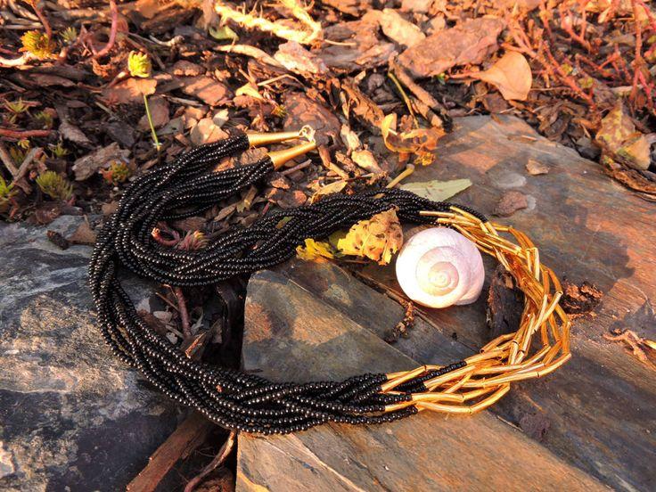 Vyrobte pro sebe nebo své blízké elegantní černozlatý náhrdelník , ze kterého ostatní nespustí oči. Nepotřebujete k tomu žádný nástroj - jen náš balíček a trochu trpělivosti při navlékání korálků.