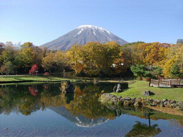紅葉の季節もおすすめ。京極町のふきだし公園は羊蹄山の湧き水が出るおすすめスポットです。
