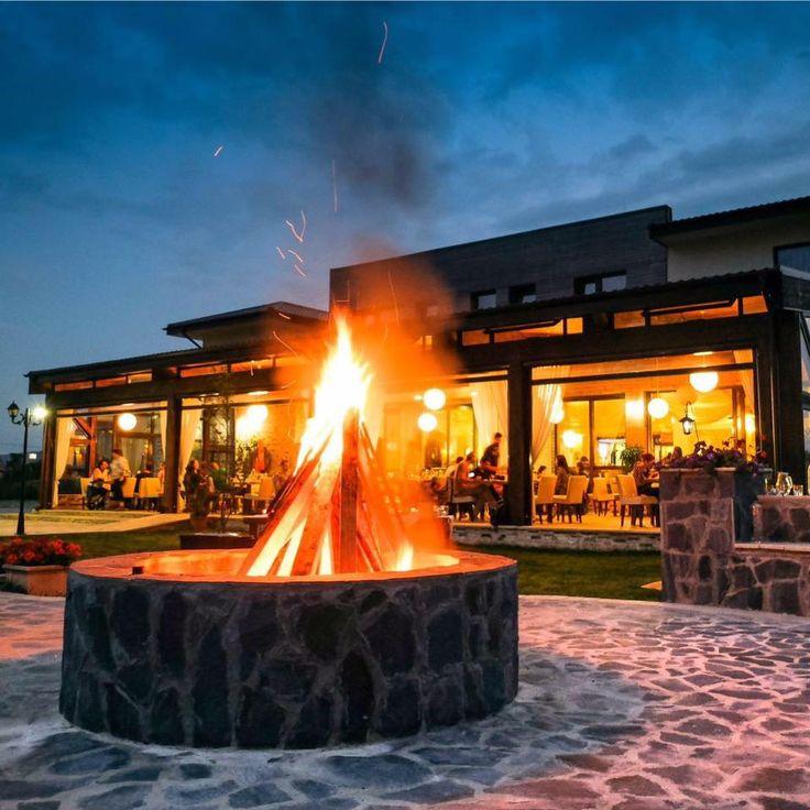 Focul de tabără așteaptă oaspeți noi! Lângă acesta, stă cuminte un ceaun aburind, plin de bunătăți tradiționale.