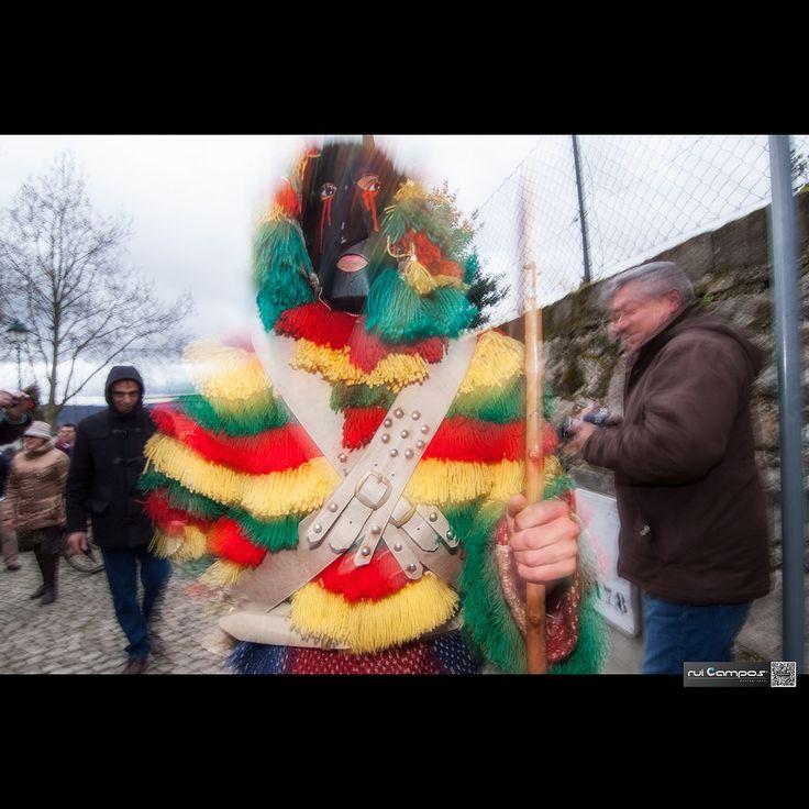 https://flic.kr/p/N5XdmK | Caretos de Podence (2014) | Careto é um personagem mascarado do carnaval de Trás-os-Montes e Alto Douro, Portugal. É um homem que usa uma máscara com um nariz saliente feita de couro, latão ou madeira pintada com cores vivas de amarelo, vermelho ou preto. Numa outra versão, a máscara, feita de madeira de amieiro decorada com chifres e outros apetrechos, é usada em Lazarim. Pensa-se que a tradição dos Caretos tenha raízes célticas, de um período pré-romano…