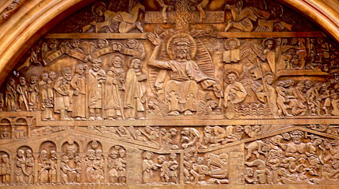 """le tympan de l'abbatiale sculpté sur bois (Restaurant """"Charlemagne"""" Conques)"""