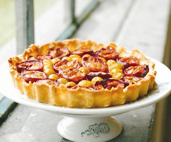 Le chef Cyril Lignac revisite la célèbre recette de la tarte aux prunes. Cela donne un dessert très gourmand.