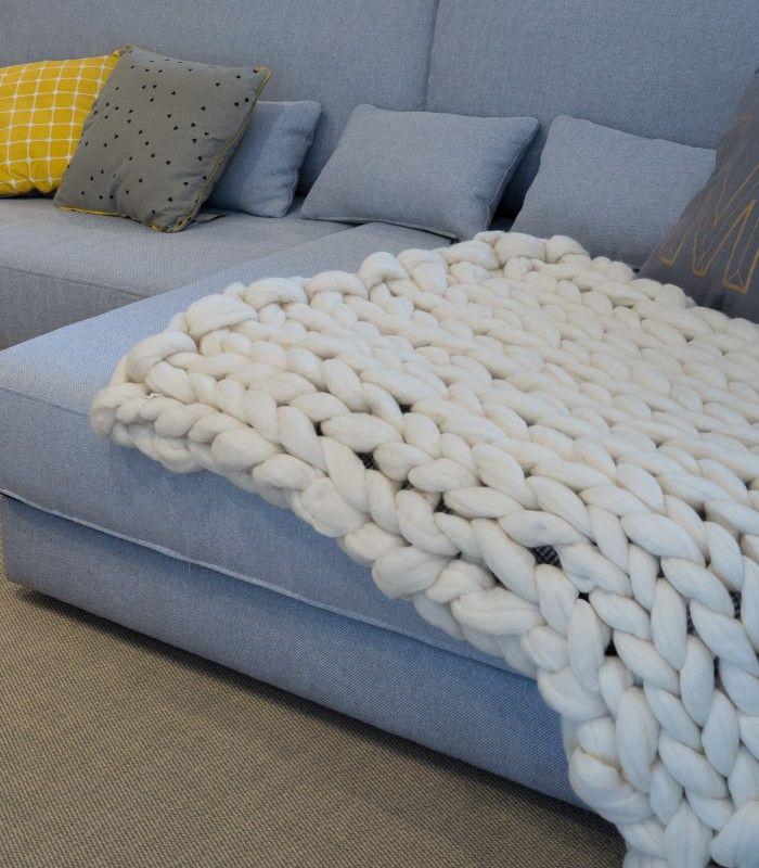 Manta realizada a mano con patrón clásico. 100% lana Merino española extra gruesa en crudo natural o marrón. Medidas 90 x 110 cm