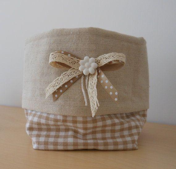 Cestino in stoffa realizzato a mano e decorato con nastrino a pois, pizzo beige e fiore in gesso realizzato a mano