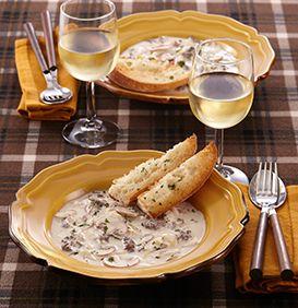 ビーフストロガノフは、ロシア料理の代表的なメイン料理。トマトソースやデミグラスソースを加えるなどいろいろな形のアレンジもありますが、牛肉をサワークリームで煮たものが定番。クリーミーなのにほのかな酸味があっておいしいですよ。冬の間に是非お試しを。