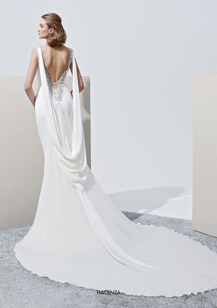 "Collezione Privée 2015 - Elisabetta Polignano Modello ""Piacenza"": dettagli swarosky e strascico #wedding #weddingdress #weddinggown #abitodasposa"