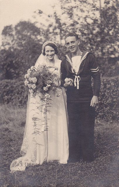 Love the smiles and sense of joy on the faces of this sweet 1930s newlywed couple.