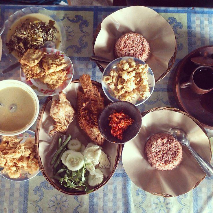 Wonosari's cuisine, nasi merah with Oseng Lombok ijo. Super yummy