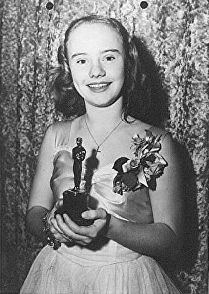 """Peggy Ann Garner with her Academy Juvenile Award for """"A Tree Grows In Brooklyn"""" (1945)"""