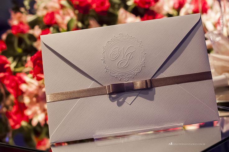 Convite de casamento tradicional com envelope aba de bico e brasão exclusivo.