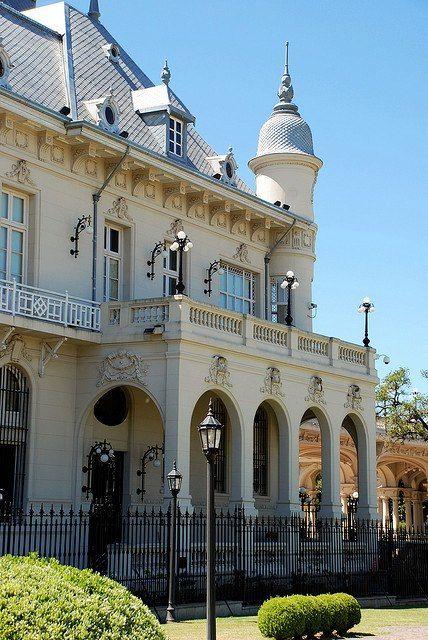 Está el Museo del Tigre en Buenos Aires. Es muy famosa y grande. Se puede ver muchos artes aquí.