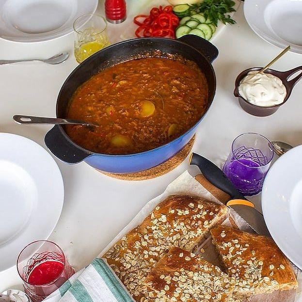 Ruggigt kallt ute❄ Då sitter det fint med en RIKTIGT god köttfärssoppa. Servera gärna soppan med en klick creme fraiche och lättbakat bröd som görs i långpanna. Supergott❤ Recept hittar du på bloggen. Sök efter KÖTTFÄRSSOPPA i bloggens sökruta