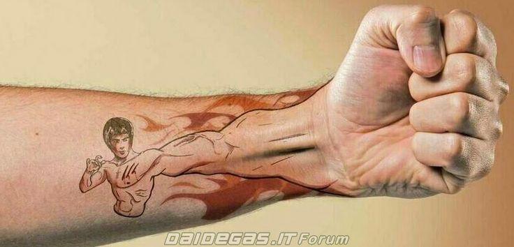 Bruce Lee punch tattoo, http://www.daidegasforum.com/forum/foto-video/533191-tatuaggi-incredibili-belli-strani-compilation.html