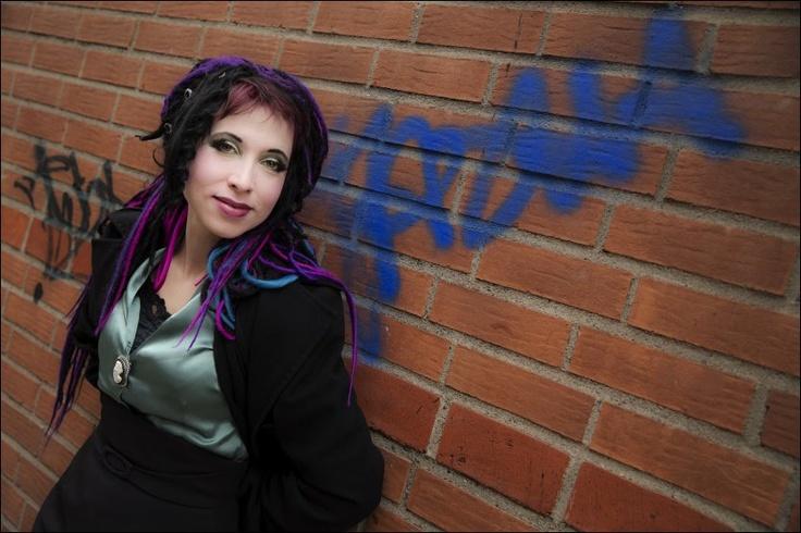 SUVEREN RÅSKAP: - Teaterdramaturgen Sofi Oksanen skaper scener som søkker i leseren, mener VGs anmelder Guri Hjeltnes om hennes nye roman «Da duene forsvant». Foto: NTB/SCANPIX