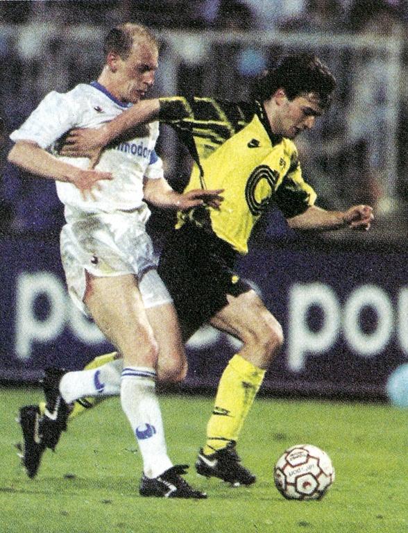 El delantero suizo del Borussia Dortmund Stéphane Chapuisat, derecha, controla el balón perseguido por el defensa del AJ Auxerre William Prunier