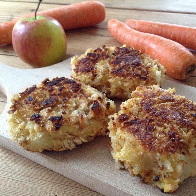 """""""Nigellas laksekaker er YAMMI! Restene av gårsdagens potetmos blandet sammen med laks, egg, kajennepepper, revet sitronskall + salt og pepper. En omgang med egg og kneippsmuler før de traff stekepanna. Råkost av gulrot, eple og litt sitron er perfekt tilbehør. Kommer snart på sirifossing.no. God middag! #rettfrahjertet #nigella #salmon #mashedpotatoes #laksekaker #potetmos #laks #råkost #middag #fish #fisk #hverdagsmiddag"""