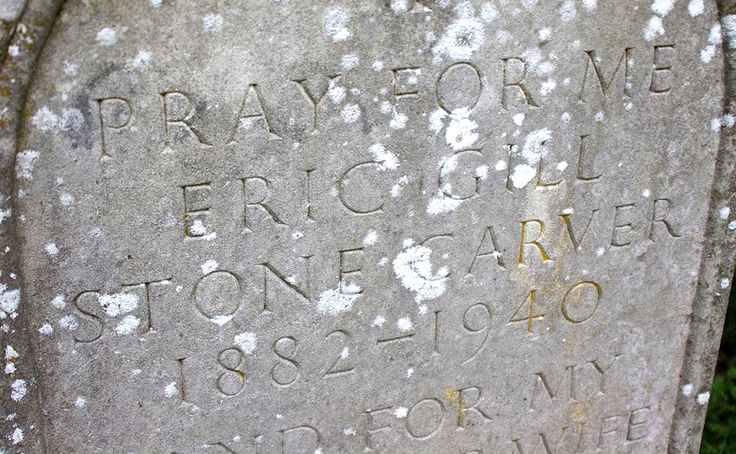 Надпись на надгробии Эрика Гилла (на баптистском кладбище у церкви Speen Church в небольшой деревушке Chiltern Hills в юго-восточной части Англии): Pray for me. Eric Gill. Stone Carver (1882–1940). And for my most dear wife Mary Ethel (1878–1961). Фото: Ben Jones, 2012