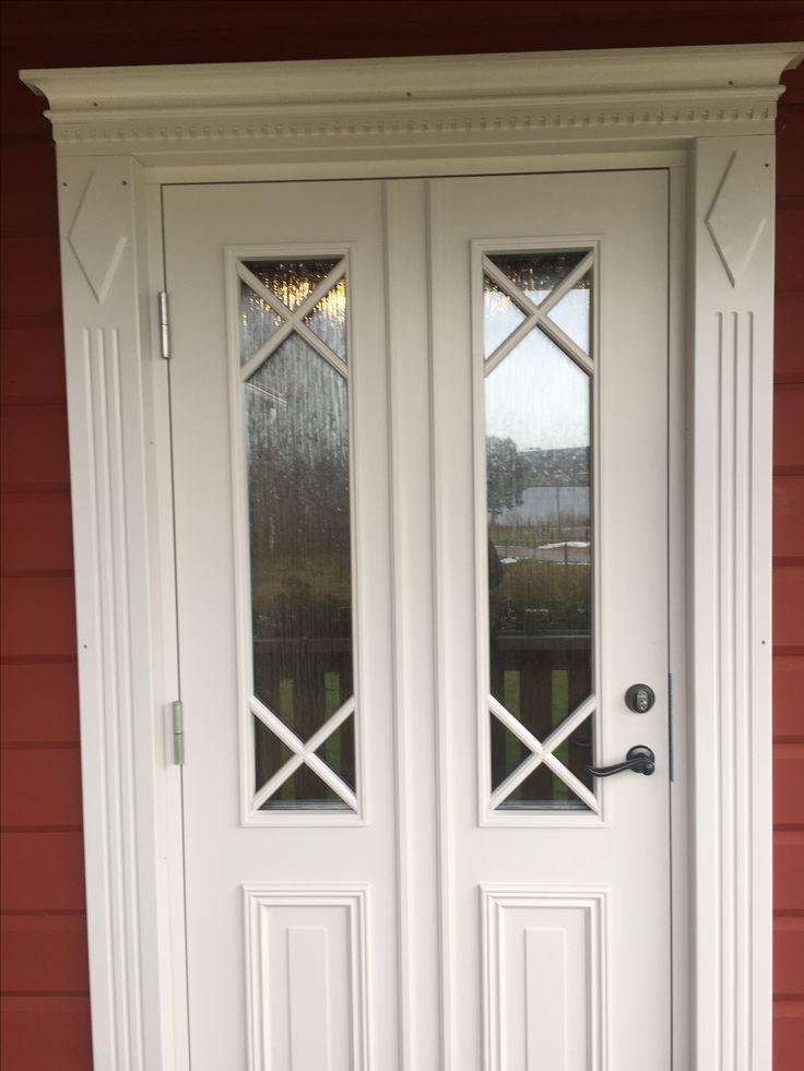 Hemmasnickrade dörrfoder i allmogestil