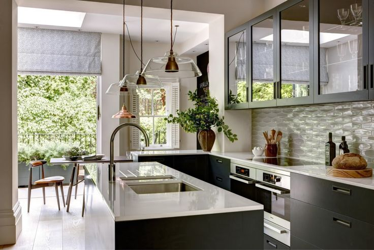 Modern yet accessible, this kitchen in a townhouse in Chelsea is by Helen Green design, helengreendesign.co.uk. We love the use of glass.