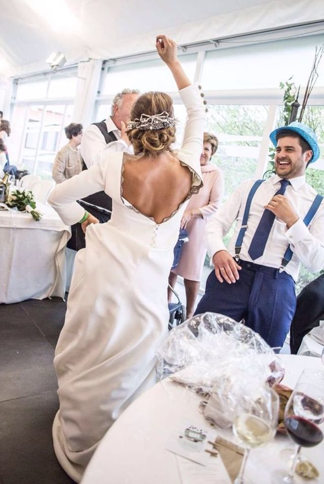 Todas las bodas están llenas de momentos divertidos como este en el que además la espalda de locura de la novia se convirtió en protagonista inesperada.