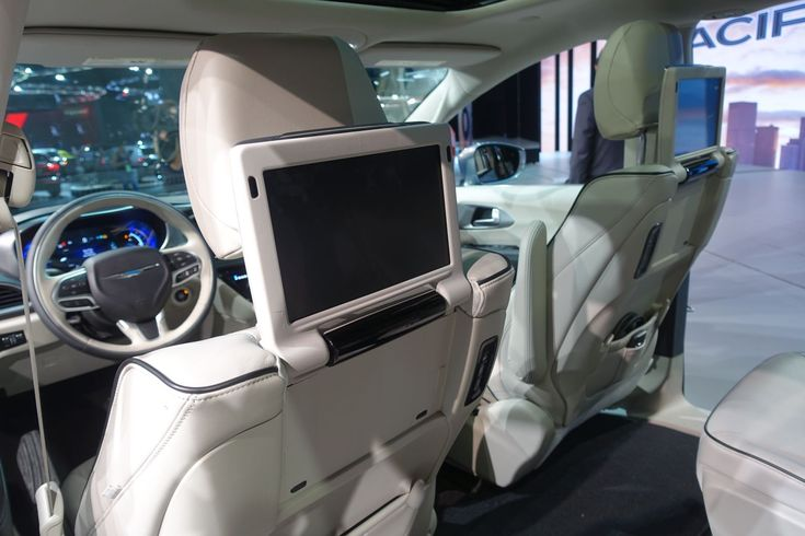 Chrysler Pacifica Uconnect Theatre