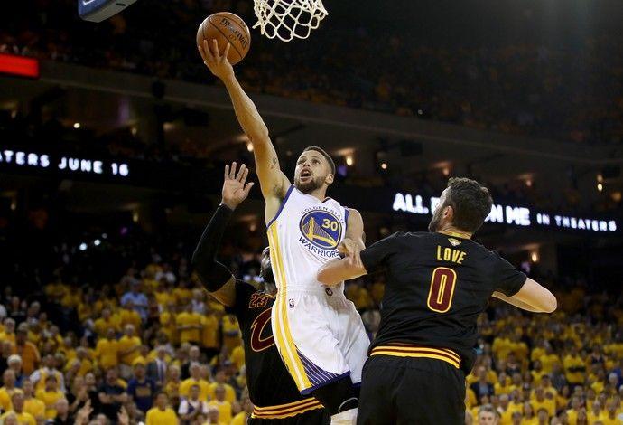 Stephen Curry faz a bandeja e marca mais dois pontos para o Golden State Warriors (Foto: Getty Images)