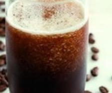 Granizado de café 500 g agua 500 g cubitos de hielo 200 g azúcar 100 g café soluble Vierta en el vaso el agua, los cubitos de hielo y el azúcar. Programe 30 segundos, velocidad 5. Disuelva el café soluble en un poco de agua e incorpórelo mezclando con la espátula. Nunca bata el café soluble en la máquina, porque se formará espuma y le cambiará el color