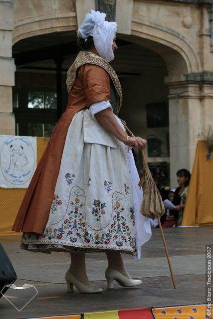 Costume d arlesienne du xviiie Droulet en soie,jupe de lin brodé De fleurs polychrome