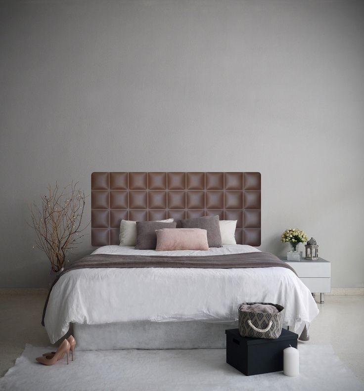 Dormitorio con cabecero tapizado modelo CHOCOLATE, color marron ceniza. Este es un diseño cuadriculado y clásico de estilo minimalista. CHOCOLATE inspira un ambiente cálido y elegante, gracias a sus formas suaves y tonos marrones. El acabado de polipiel en marrón chocolate, aporta el nombre del mismo.