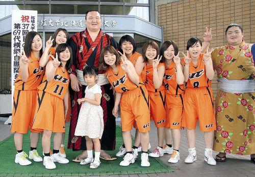 白鵬、女子バスケ部名誉監督務める北海道拓殖短大を訪れ部員を激励 - スポーツ報知 #白鵬 #相撲