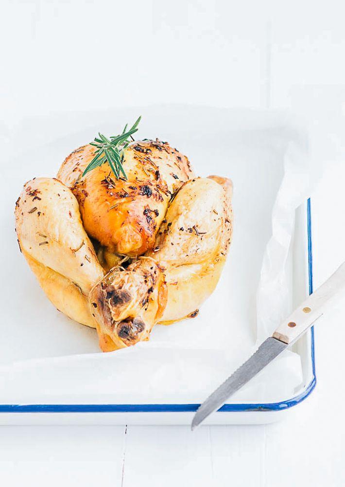 Lekker paasrecept voor sinaasappelkip uit de oven met rozemarijn en mosterd. Een hele kip bereiden is echt niet ingewikkeld, ik laat het je zien.