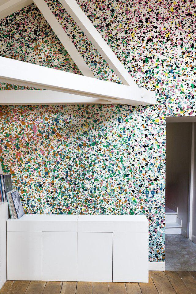 """Papier peint """"Stardust"""" effet terrazzo, Bien Fait. Entre un tableau de Jackson Pollock, un terrazzo du courant Memphis ou une voie lactée colorée, ce papier peint aux couleurs naïves nous en met plein les yeux !"""