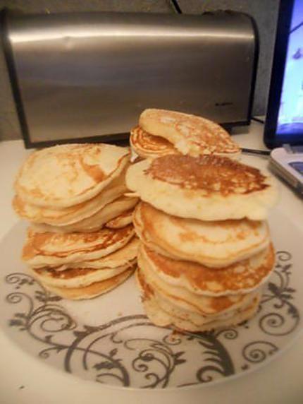 La meilleure recette de Pancakes sans oeufs! L'essayer, c'est l'adopter! 4.6/5 (44 votes), 105 Commentaires. Ingrédients: 250 gr de farine 4 càs de sucre 1 sachet de levure chimique 2 sachets de sucre vanillé 4 càs de beurre fondu lait