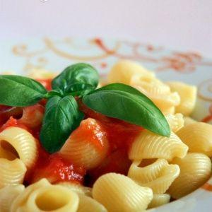 Conchiglie al sugo fresco #italianfood  #italianrecipes #pasta #foodporn #italia #basil #tomatosauce