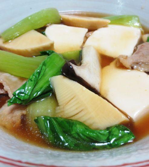 豆腐と青梗菜のうま煮  ◆身体に優しいヘルシーな「豆腐」と、クセの少ない青菜「青梗菜」でうま煮を作りました。  豚の細切れ肉、エリンギ、筍の水煮を加え、旨みと食感も味わえる一品です。お出汁は  和風のかつお出汁を使い、オイスターソースでコクを出しました。